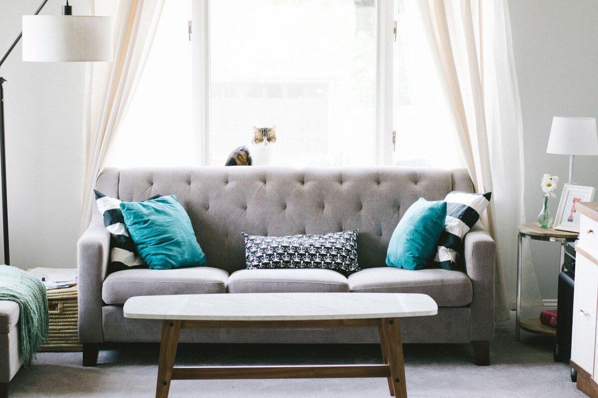 sofa z poduszkami w salonie i stół